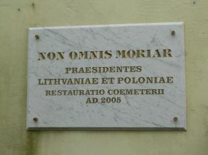 Nowa tablica przy wejściu na Cmentarz Bernardyński